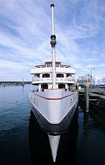 Kursschiff im Hafen Konstanz