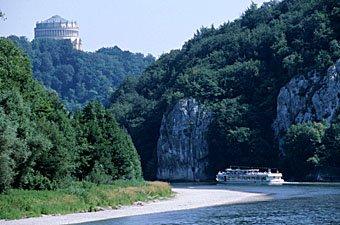 Donaulandschaft mit Befreiungshalle König Ludwigs bei Kehlheim