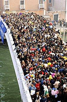 Menschenmasse auf Brücke in Venedig