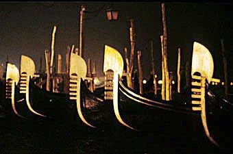 Venezianische Gondeln in der Nacht