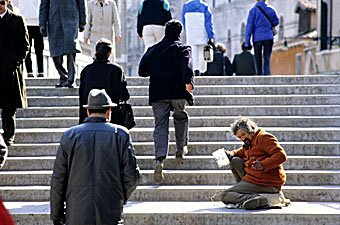 Bettler auf Treppe in Venedig