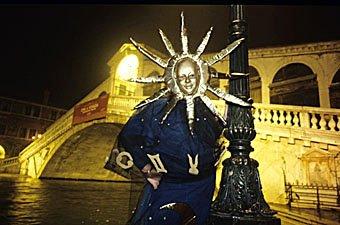 Sonnenmaske vor Ponte Rialto in Venedig