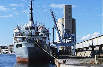 Transportschiff im Hafen von Sète