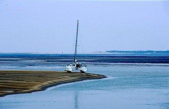 Katamaran auf Sandbank im Wattenmeer an der Gironde-Mündung