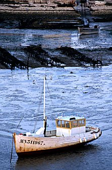 Fischerboot bei Ebbe an der franz. Atlantikküste
