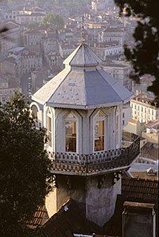 Hausturm mit Balkon in Lissabon