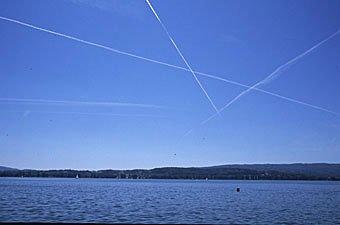 Flugzeugkondensstreifen über dem Überlingersee