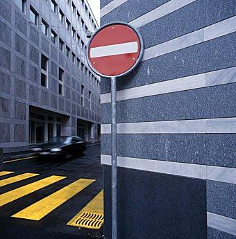 Fussgangerstreifen und Einbahn Verkehrstafel an Strassenecke