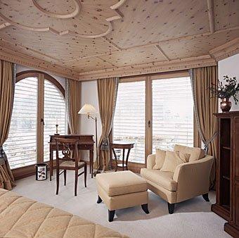 Zimmereinrichtung mit Stukkdecke aus Holz