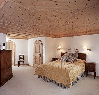 Stukkdecke aus Holz im Schlafzimmer