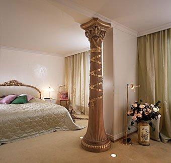 Schlafzimmer mit Holzsäule