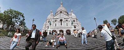 Sacré Coeur de Paris mit Touristen auf der Treppe