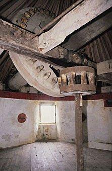 Zahnrad aus Holz in einer Windmühle in Portugal