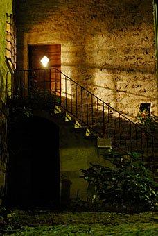 Haustür und Treppe in Soglio bei Nacht
