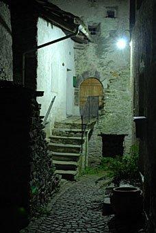 Treppe und Türe in Soglio bei Nacht