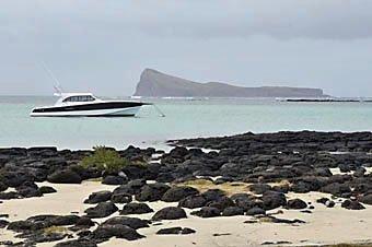 Motorboot liegt vor Anker am Cap Malheureux an der Nordküste von Mauritius