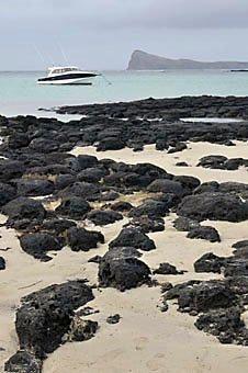 Motorjacht liegt vor Anker am Cap Malheureux an der Nordküste von Mauritius