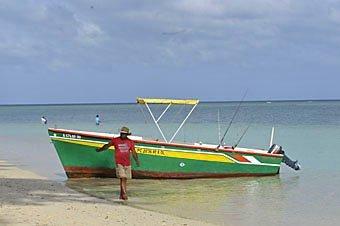 Touristenboot am Strand von Trou aux Biches in Mauritius