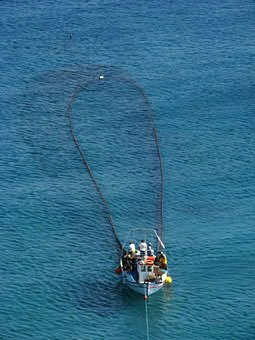 Fischerboot mit Netz in Kreta