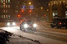 Strasse in der Nacht bei schneefall