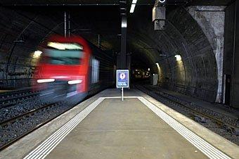 Zugeinfahrt im Bahnhof Stadelhofen Zürich