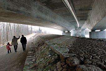 Brücke der Autobahn über dem Auenwald bei Schinznach