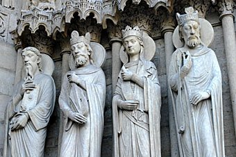 Figuren am Kirchenportal Notre Dame de Paris