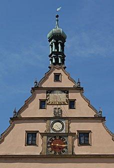 Giebeldach mit Uhr in Rothenburg ob der Tauber