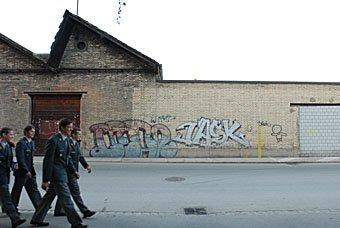 Soldaten, Scheddach und Graffitis
