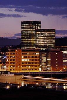 Leutschenbach Zürich mit  Sunrise Tower im Abendlicht
