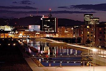 Leutschenbach Zürich mit  Sunrise Tower und Fernsehstudio im Abendlicht