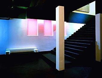 Treppe mit Säulen in einer Bar