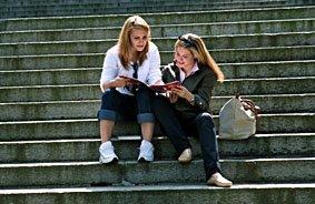 Schülerinnen auf der Treppe