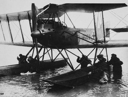 An Landbringen eines deutschen Wasserflugzeuges nach einem Erkundunsflug